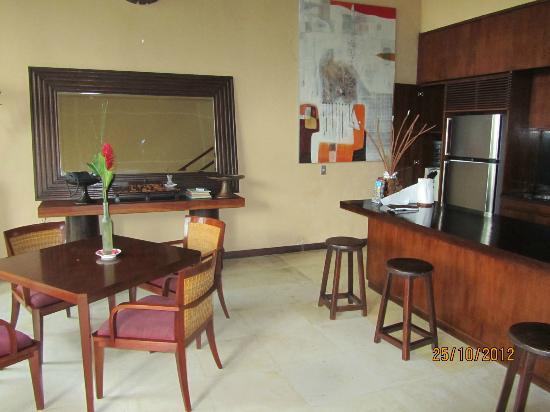 Villa Kalisha: Kitchen / dining area inside