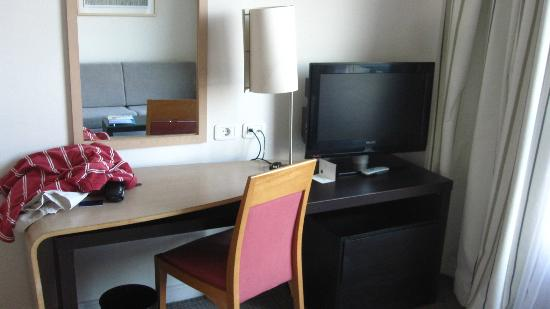 Novotel Cairo El Borg: Desk & flat screen TV