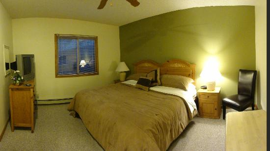 The Woodlands on Fall River: bedroom