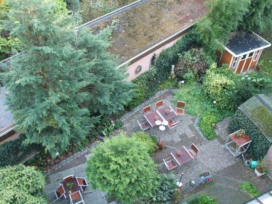 Hotel van Walsum: View into the garden from the balcony.