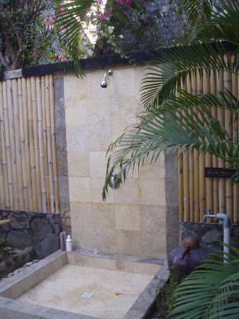 فيلا أومباك هوتل: la doccia esterna 