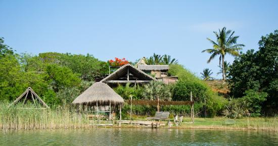 LaGoa Eco Lodge: View of the lodge from the lagoon