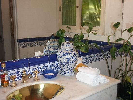 Hotel La Bluette: The blue and white tiled bathroom