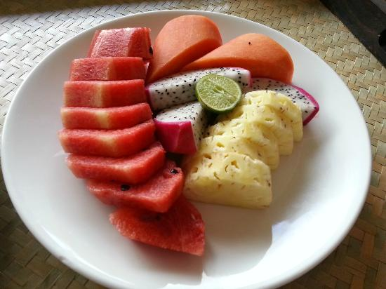 ‪سويس هوتل بوكي: Fresh fruits platter.‬