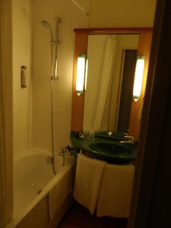 Ibis Mulhouse Ile Napoleon : Coté lavabo