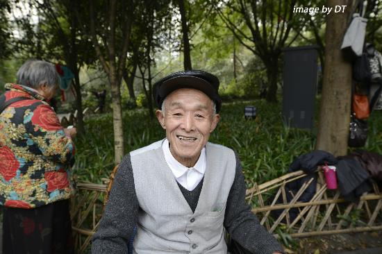 เฉิงตู, จีน: Old man on wheelchair watching the dancing happily