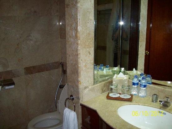 The Media Hotel And Towers: Spacious Bathroom