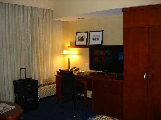 Courtyard by Marriott Lancaster: Desk area.