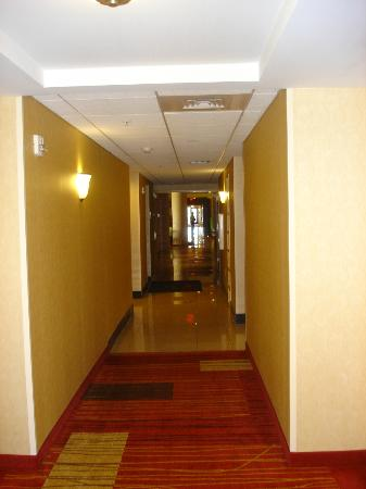 Courtyard Lancaster: Clean, lighted and spacious hallways.