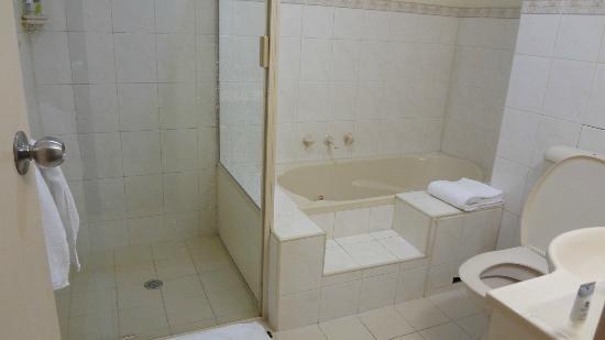 Comfort Hotel Adelaide Riviera: bath tub
