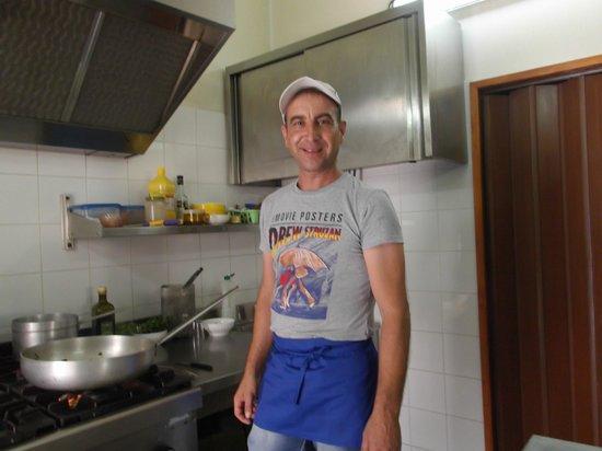 Nizza di Sicilia, Italia: Tino - il proprietario e LO CHEF!