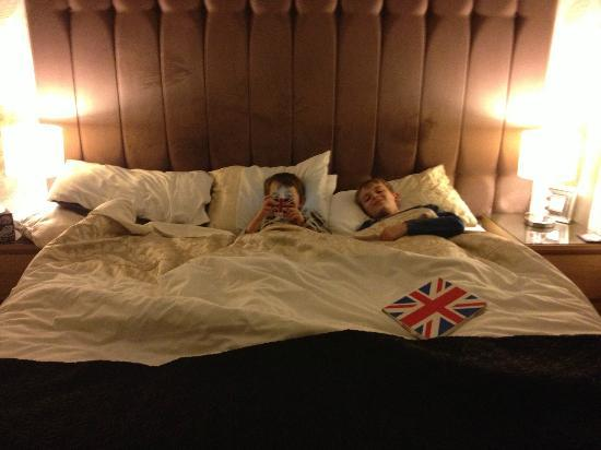 The Garden Court Guest House: Huuuge comfy bed!!