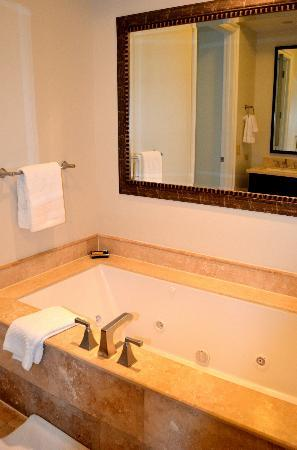 Key West Marriott Beachside Hotel: Master bath
