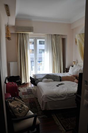 Acropolis Museum Boutique Hotel: La habitacion, algo pequeña pero todo limpio y de calidad.
