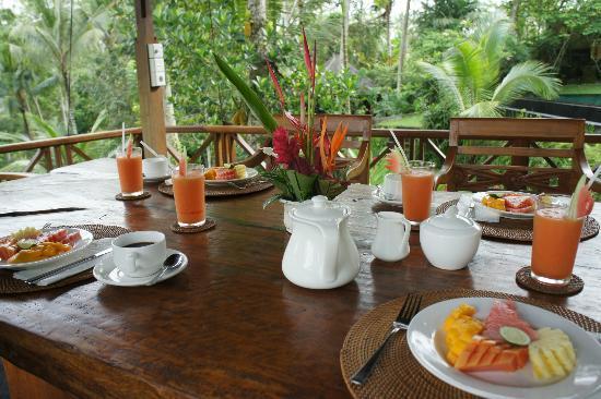 Bidadari Private Villas & Retreat: 外で頂いた朝食のフルーツとジュース