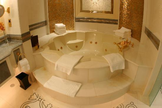Emirates Palace: Khaleej Deluxe Suite bathroom