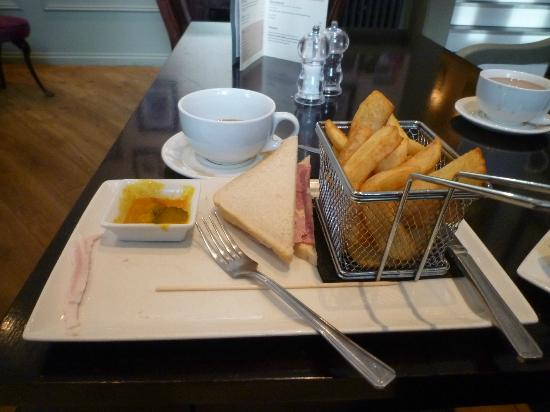The Wrens Hotel: Delicious Basket of Chips and the awful White Bread