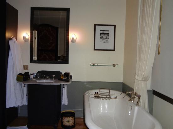 The NoMad Hotel: Banheira e pia. Há toalhas de vários tamanhos e roupões disponíveis.