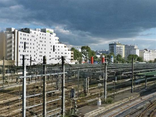 Ibis Styles Paris Gare de l'Est Chateau Landon: Vista de la porte posterior del Hotel desde el puente del tren