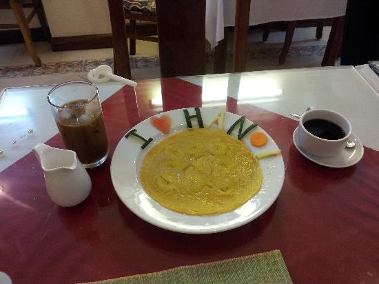Gia Thinh Hotel: Banana pancake with some of that ol' quarter Hanoi love