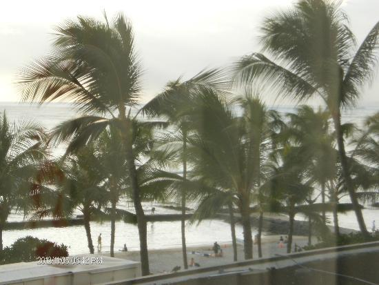 Waikiki Beach Marriott Resort & Spa: Beach view from our front window