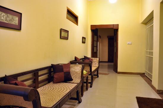 Serene Villa Ratnapura: Hallway leading to the rooms