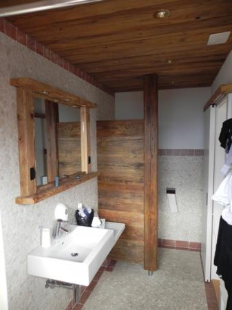 Alpe Fleurie Hotel & Residence: spacious bathroom