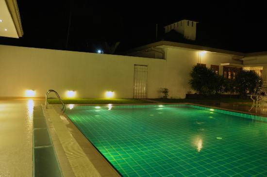 Serene Villa Ratnapura: View of the pool deck