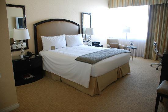 The Beverly Hilton : Bedroom big enough for a rugby team!