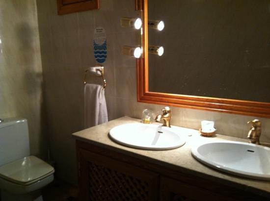 Hotel Maria Luisa: baño con dos lavabos
