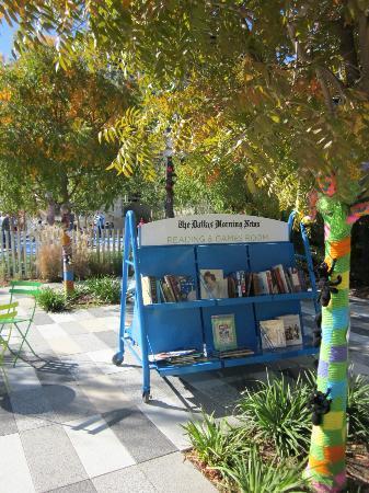 Klyde Warren Park: Books, magazines, and games