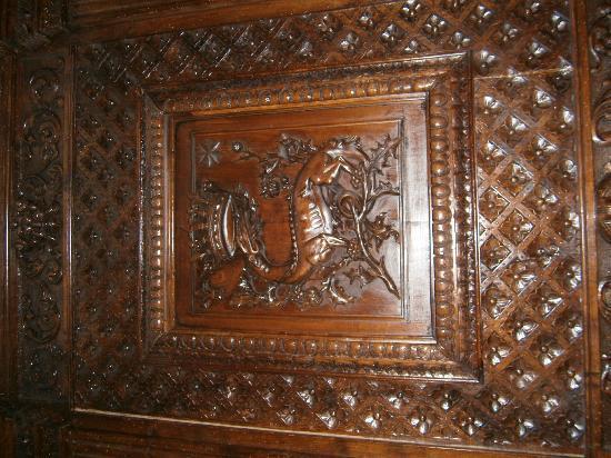 Maison d'Hotes du Pigne : carving on fireplace