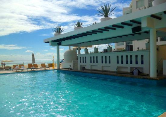 Playacar Palace: Un bar en la piscina