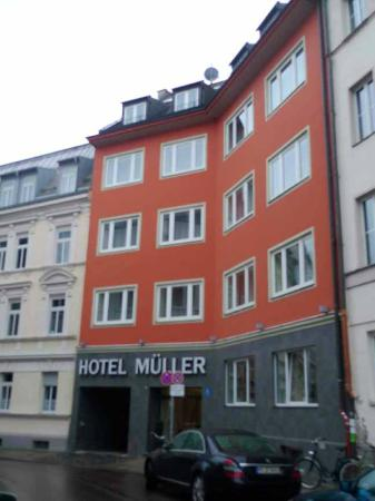 Hotel Müller: View from the street