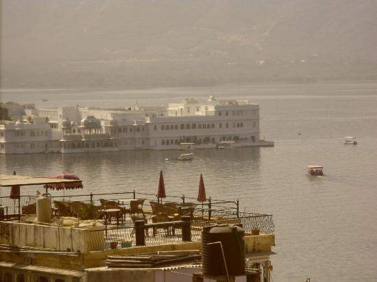 Bhanwar Vilas Guest House: View of Lake palace from the terrace