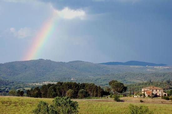 Agriturismo La Selva : La Selva rainbow  with Villa Felciai in the foreground