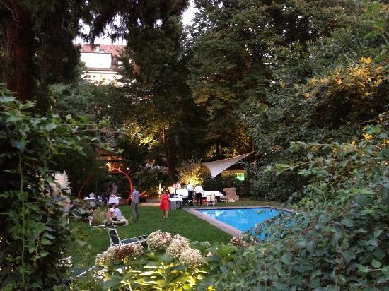 Parkhotel Laurin: Garten mit Pool