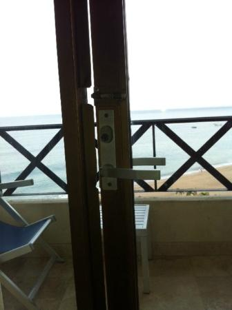 Blue Chairs Resort By The Sea: Unsecure Door Of Balcony