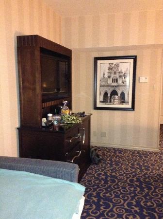 Disneyland Hotel : tv stand with drawers and fridge