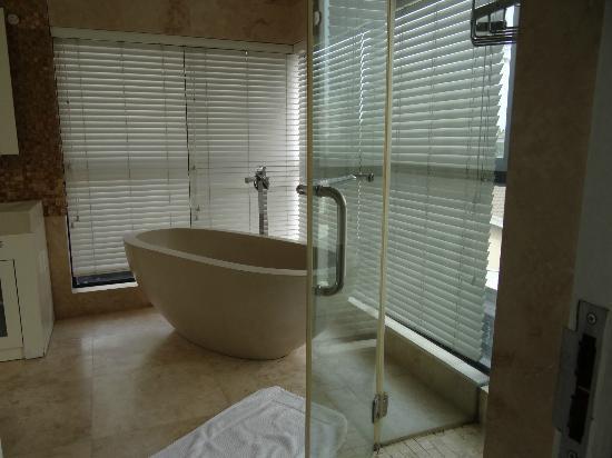 LaLuxe B&B: schönes Bad, nur eben nicht sauber