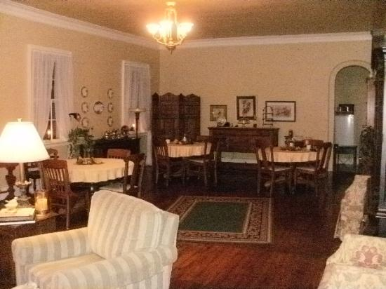 Bed & Breakfast at Oliver Phelps: from living area to dining area