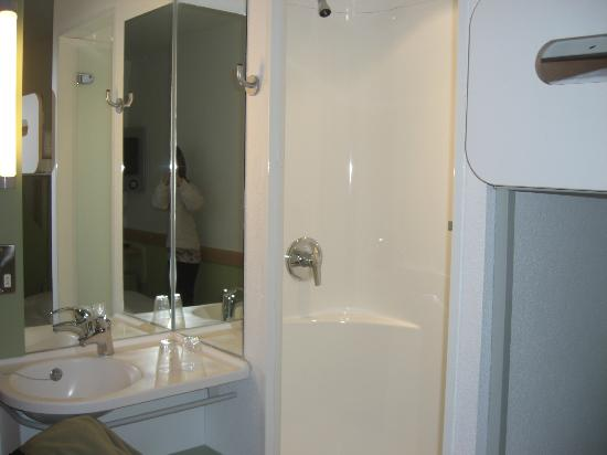 Ibis Budget Cardiff Centre: shower