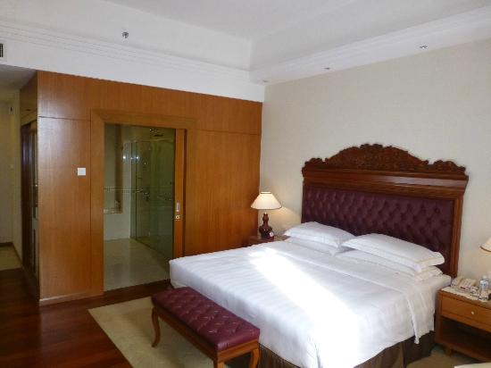 Royale Chulan Kuala Lumpur: View to WC and bath area
