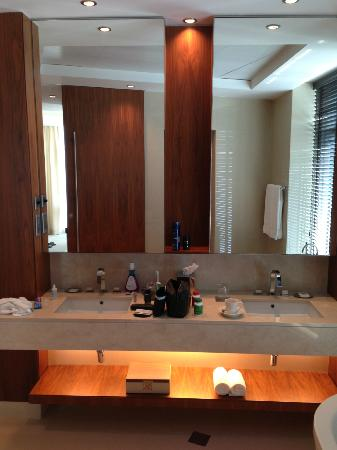 JW Marriott Marquis Hotel Dubai: Bathroom Exec Suite