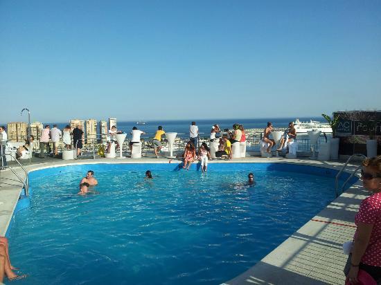 La piscina de la terraza picture of ac hotel malaga for Piscina inacua malaga