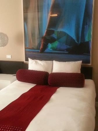 Hotel Ignacio: Queen Bed and lovely art