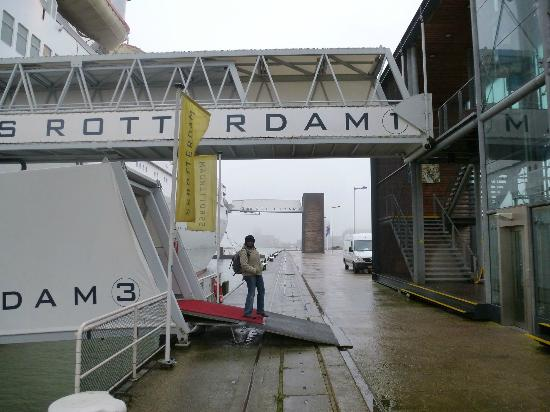 SS Rotterdam: Entrance gangway (with elevator)