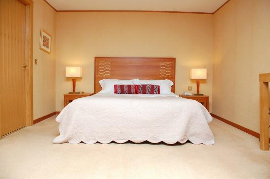 The Millrace Hotel: bed