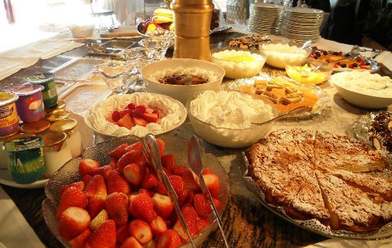 Marbella Club Hotel: Lunch buffet at the Beach Club
