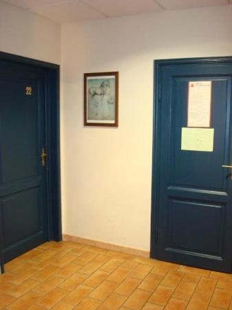 Hotel La Pergola: Le porte delle camere vista dal piano